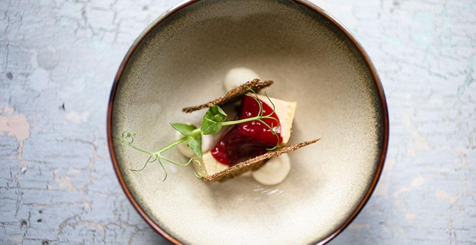Фуа-гра с вишневым гелем и чипсами из бородинского хлеба