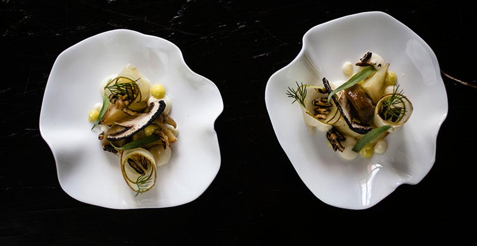 Салат из запеченного сельдерея с грушей и солеными грибами (мини-подача)