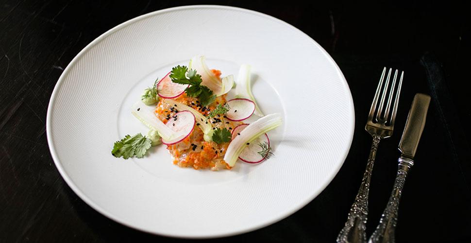 Севиче из сибаса с пюре из авокадо и соусом из маракуйя и чили