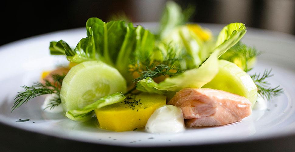 Салат с лососем горячего копчения с картофелем и маринованным огурцом