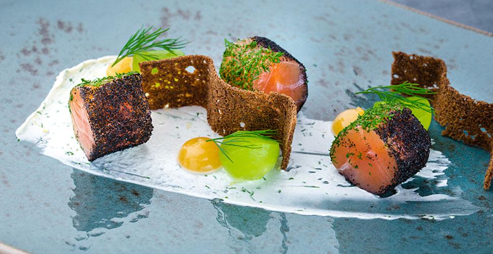 Вяленный лосось с лимонной заправкой, дижонской горчицей и чипсами из бородинского хлеба
