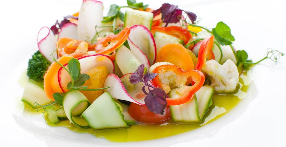 Салат из свежих овощей под оливковым маслом