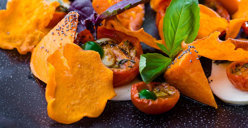 Копченый батат с сыром Моцареллой, вяленными томатами  под соусом «Харисса»