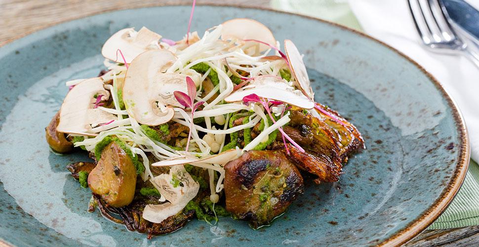 Салат с лесными грибами, сельдереем и ростками сои