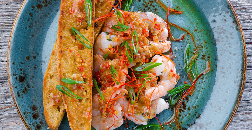 Креветки сувид с чили-соусом и тостами Фокаччо