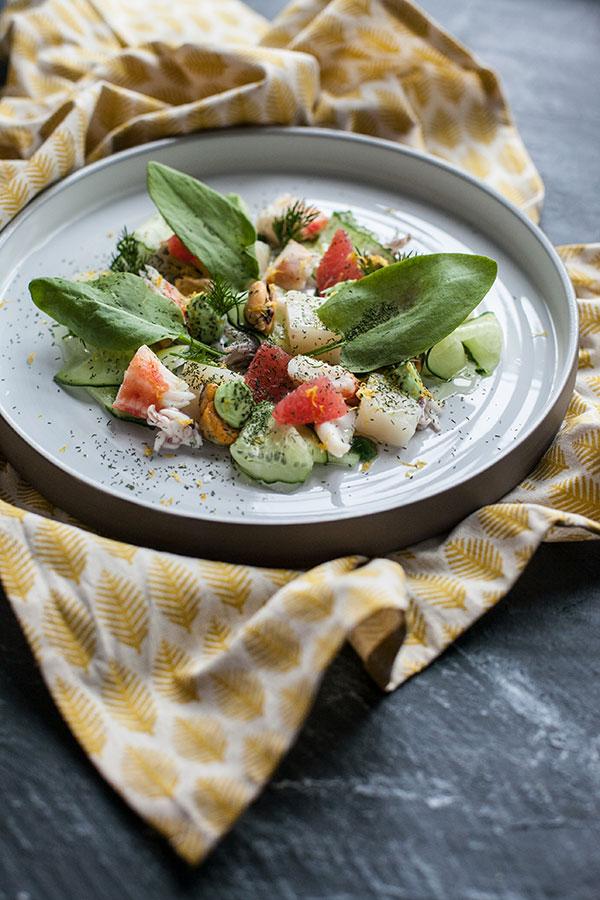 Салат с морепродуктами, грейпфрутом, авокадо и щавелем