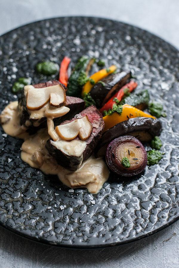 Жареная говядина с грибным соусом и овощами гриль